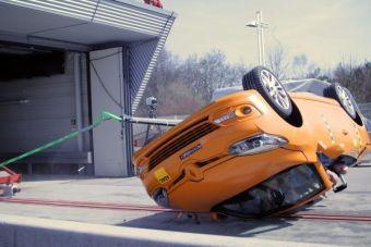 В ходе тестов автомобиль помещался на движущуюся платформу под поперечным углом в 23 градуса. Перевозившая кабриолет конструкция разгонялась до 48,3 км/ч и резко останавливалась, выбрасывая открытый автомобиль вперед, после чего тот несколько раз переворачивался.
