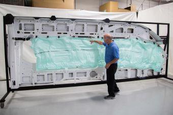 Новая система входит в базовое оборудование 15-местного микроавтобуса Ford Transit наряду с фронтальными подушками безопасности, трехточечными ремнями на всех сиденьях и другими защитными приспособлениями.