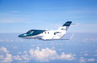 Максимальная скорость Honda Jet составляет около 777 км/ч, а предельная высота, на которую может подняться самолет, достигает 13 100 метров. Одной заправки бизнес-джету хватит, чтобы преодолеть расстояние в 2183 км.