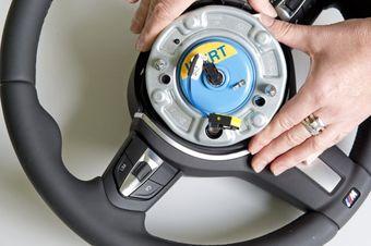 Отзыву для замены пассажирской подушки безопасности подвергнутся все автомобили 3-Series, выпущенные с мая 1999 года по август 2006 года.