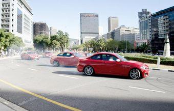 В «синхронном дрифте» приняли участие самые мощные к настоящему времени модификации двухдверки 2-Series, оснащенные 3,0-литровыми рядными «шестерками» с турбонаддувом, развивающими 326 л.с. мощности и 450 Нм тяги.