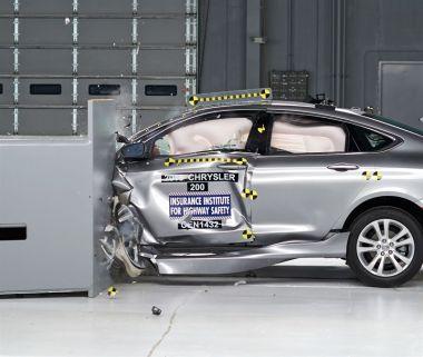 Новый Chrysler 200 получил высокие оценки в краш-тесте с малым перекрытием