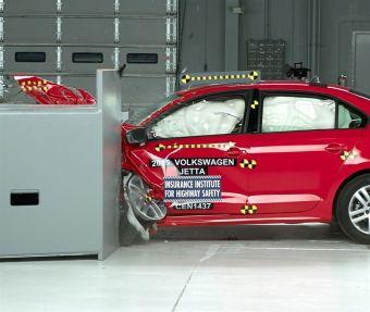 Эксперты IIHS подчеркнули, что несмотря на отсутствие значительных изменений в экстерьере Jetta после модернизации, инженеры VW укрепили силовую часть кузова машины, в частности, передние стойки крыши и пороги.