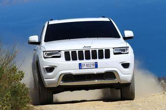 Новая версия Grand Cherokee оборудована трехлитровым бензиновым V6, который развивает 238 л.с. мощности и 295 Нм крутящего момента.
