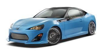 Центральной машиной на стенде Scion станет доработанная версия купе FR-S — «близнеца» Toyota GT86 и Subaru BRZ. Автомобиль получил съемную крышу и специальный аэродинамический обвес с интегрированным задним спойлером, целиком изготовленный из металла.