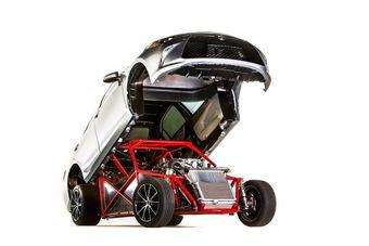 Авторы проекта сочли, что отдачи 381-сильного V8 объема 5,7 литра окажется мало — двигатель снабдили механическим нагнетателем и системой подачи закиси азота.
