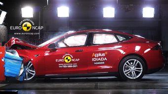 Электрокар Model S удостоился высшей оценки в пять звезд — автомобиль повторил успех, продемонстрированный ранее в американском краш-тесте с малым перекрытием.