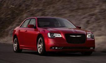 Купить седан можно с одной из двух версий 3,6-литрового V6 Pentastar для моделей C и S (292 л.с., 352 Нм и 300 л.с. и 357 Нм соответственно) или 5,7-литровым HEMI V8, отдача которого равна 363 л.с. и 533 Нм.