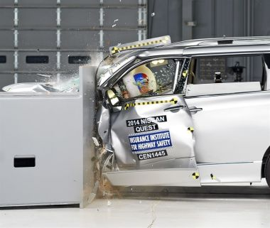 Минивэны Nissan, Chrysler и Dodge провалили краш-тест с малым перекрытием