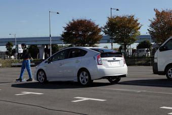 Электроника новых автомобилей Toyota способна самостоятельно притормаживать перед пешеходами