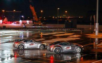 Два купе 370Z проехали по треку в Дубае 28,52 километра в управляемом заносе.