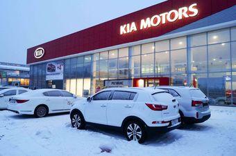 Участники рынка склонны считать, что компания рассчитывает вернуть покупателям деньги за уже поставленные машины, чтобы впоследствии продать их по обновленным с учетом обесценивания рубля ценам.