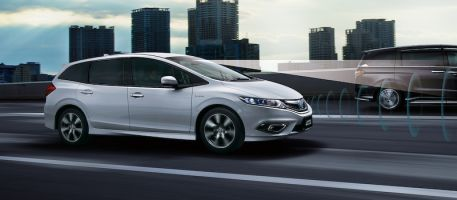 Honda начнет продажи гибридного компактвэна Jade в Японии