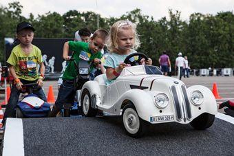 Цель Junior Campus — в ходе интерактивных семинаров в игровой форме рассказать малышам в возрасте от пяти до 10 лет о Правилах дорожного движения, привить им культуру вождения и по возможности предостеречь от разного рода опасных ситуаций.