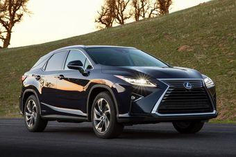 Новый RX будет оснащаться модернизированным бензиновым V6 объемом 3,5 литра, развивающим 300 л.с. мощности (RX350). Предусмотрена и гибридная версия с аналогичным ДВС и такой же общей отдачей (RX450h).