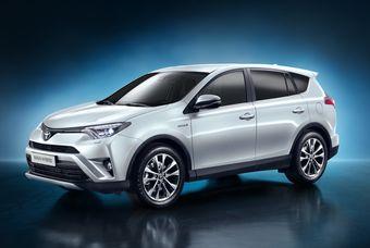 Toyota RAV4 2016 модельного года можно узнать по новому «лицу» и наличию гибридной версии, которой раньше у этой модели не было.