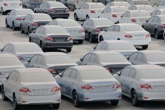 «Тройка» лидеров рынка по-прежнему состоит из брендов Lada (27 423 машины; -26%), Hyundai (13 901; -15%) и Kia (12 121; -32%). Все бренды, попавшие в «десятку», продемонстрировали в марте двухзначное падение продаж. Единственным исключением стал Mercedes-Benz — спрос на модели этой марки упал лишь на 3%.
