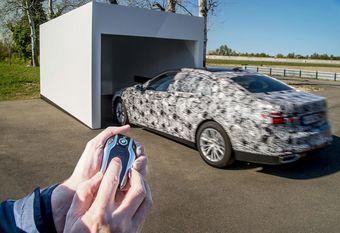 Машина будет оснащена системой самостоятельной парковки. Водитель сможет поставить BMW 7-Series на стоянку при помощи ключа от машины, выполненного в виде брелока с дисплеем. В компании обещают, что система появится на 7-Series не сразу, поскольку нужно урегулировать юридические вопросы ее применения в ряде государств.