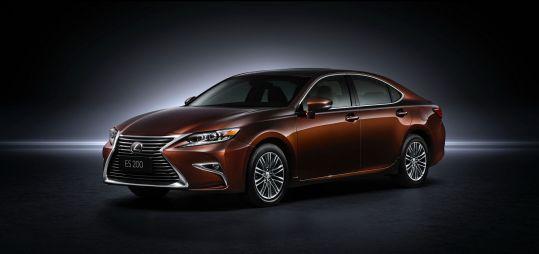 Lexus показал обновленный седан ES и кроссовер RX с турбомотором