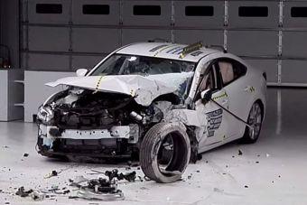 Несмотря на высокую оценку по итогам теста с 25-процентным барьером, эксперты IIHS отметили риск получения травмы правой ноги ниже колена, а также высказались о работе ремней безопасности — из-за недостаточно сильной фиксации голова манекена едва не ударилась о переднюю стойку крыши Mazda6.