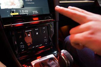 На данном этапе управление жестами доступно для настройки громкости аудиосистемы, температуру климатической установки и положение люка с электроприводом.