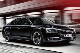 Версию Sports Edition можно заказать с трехлитровым V6 с механическим нагнетателем (310 л.с. и 440 Нм) или с турбированным V8 объемом четыре литра (435 л.с. и 600 Нм).