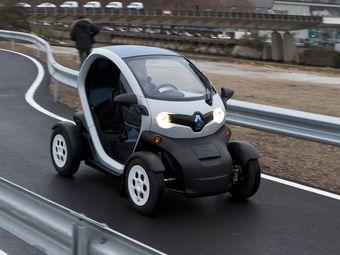 Машину можно оборудовать мотором мощностью 5 или 17 л.с. В первом случае Твизи сможет разгоняться до 45 км/ч (модель Twizy 45), а более мощный мотор позволяет ситикару ускоряться до 80 км/ч (Twizy 80). Запас хода не превышает 100 км.