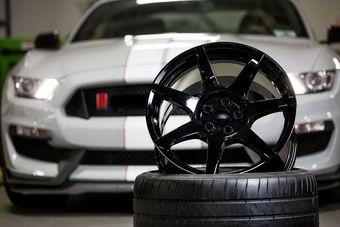 Автопроизводитель утверждает, что речь идет о первых в индустрии карбоновых дисках, которые будут выпускаться в массовом режиме.