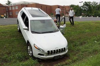 Эксперимент продолжился на парковке, где хакеры нашли способ подключиться к рулевому управлению машины, но только при включенной задней передаче. Им также удалось отключить тормоза, после чего машина съехала в кювет, несмотря на попытки водителя остановить ее.