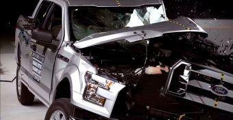 В случае нового пикапа Форда, который является одним из первых по-настоящему массовых автомобилей с полностью алюминиевым кузовом в США, испытатели решили проверить и полуторную и сдвоенную кабины. В итоге они обнаружили серьезную разницу в безопасности двух машин.