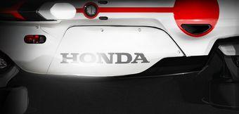Над машиной работали два объединения художников из Японии — автомобильное и мотоциклетное.