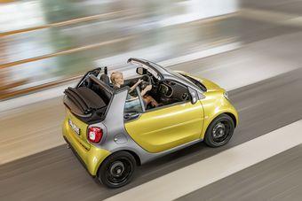 Двигателей предусмотрено два: трехцилиндровый литровый «атмосферник» мощностью 70 л.с. и 0,9-литровый турбодвигатель с таким же количеством цилиндров, развивающий 89 л.с. Агрегаты способны работать с пятиступенчатой «механикой» или «роботом».
