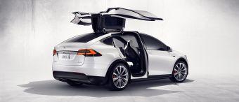 Пока известно лишь об одной комплектации Tesla Model X под названием Signature Edition. Такая машина оснащается силовой установкой мощностью 772 л.с., в состав которой входят два электромотора (262 л.с. спереди и 510 л.с. сзади) и комплект аккумуляторов емкостью 90 киловатт-часов. Запас хода составляет 386 км.