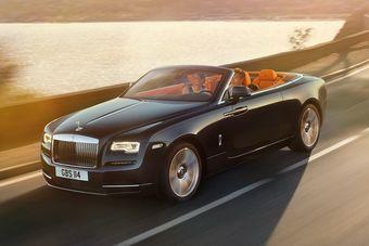 Весящий 2,5 тонны 5,3-метровый кабриолет оснащен двигателем V12 объемом 6,6 литра с двумя турбокомпрессорами. Мотор развивает 563 л.с. мощности и 780 Нм тяги и работает в паре с восьмиступенчатым «автоматом» ZF. Разгон до «сотни» займет у Dawn 4,9 секунды.