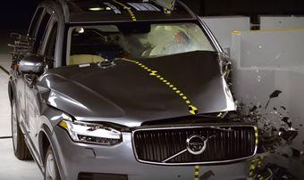 Принципиальное отличие нового XC90 в вопросе безопасности — системы предотвращения ДТП, которых не было у предшественника. В частности, кроссовер полностью избежал столкновения при испытаниях на скоростях в 20 и 40 км/ч.