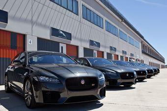 Новый Jaguar XF получил все, чем незадолго до этого хвастались baby-jag XE и обновленный полноприводный F-Type, и шагнул еще дальше.