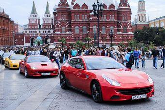 Праздник стартовал на Манежной площади, где собрались участники клуба владельцев Ferrari на самых культовых моделях из Маранелло, а затем все вместе отправились на Волгоградский проспект, где приняли участие в открытии.