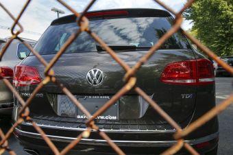 Все началось с того, что надзорные органы в США потребовали от Volkswagen объяснений по поводу расхождений в результатах тестов дизелей и реальных показателей. Информация компании показалась неубедительной, после чего концерну дали понять, что модели 2016 года не получат сертификат, пока представители VW не расскажут, что на самом деле происходит.