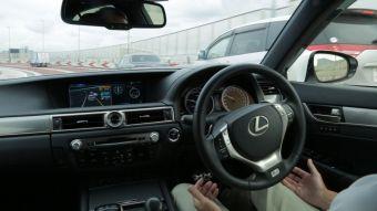 Машина может не только поддерживать дистанцию, но также перестраиваться, въезжать на шоссе и выезжать с него.