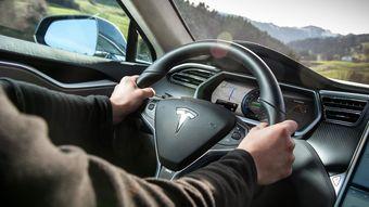 Владельцы седанов Tesla Model S, проверяющие функции автопилота, рискуют попасть в серьезное ДТП.