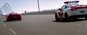 Злоумышенник пересаживается на Ferrari 458 Italia и с легкостью уходит от погони до тех пор, пока в кадре не появляется полицейский Nissan GT-R.