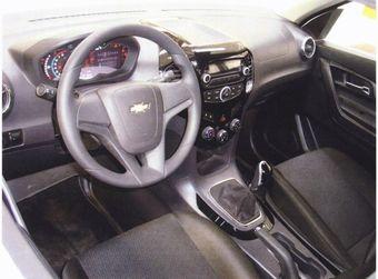 На изображениях виден фирменный руль Chevrolet, устанавливаемый на многие модели бренда, а также кнопки блокировки межосевого дифференциала и включения понижающей передачи.