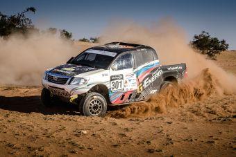 В прошлый раз гонщики выступали на дизельном MINI X-Raid, теперь их машина — Toyota Hilux с пятилитровым бензиновым «сердцем» мощностью порядка 360 л.с.