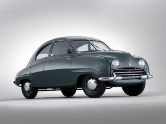 Автопроизводитель Saab появился в 1945 году и выпустил свой первый прототип — Ursaab — в 1946 году. Серийный вариант этой машины появился в 1949 году под названием Saab 92.