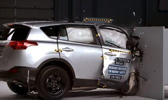 В IIHS решили проверить, коснулись ли доработки в жесткости конструкции автомобиля обеих сторон. Оказалось, что нет.