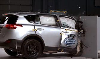 Краш-тесты с 25-процентным барьером провели со стороны пассажиров — те оказались защищены хуже водителей
