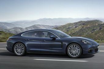 «Топовым» мотором будет наддувный 4,0-литровый бензиновый V8, развивающий 542 л.с. мощности и 770 Нм тяги. Разгон до «сотни» — 3,6 или 3,8 секунды в зависимости от опций. Расход — 9,3–9,4 литра.