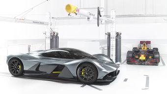 Новый суперкар получит 7-литровый атмосферный бензиновый двигатель V12 от модели Vulcan. На «Вулкане» он развивает 820 л.с., будет ли его мощность повышена на AM-RB 001 или ее оставят такой же — пока не раскрывается.