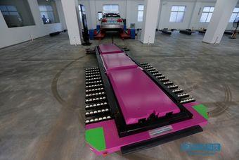 Платформа способна в течение двух минут отвезти автомобиль на свободное парковочное место.