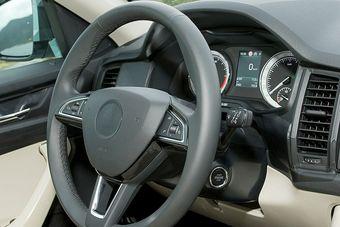 Судя по изображению, приборная доска, рулевое колесо, дверные панели и переключатели у Kodiaq очень похожи на аналогичные детали лифтбэка Superb.